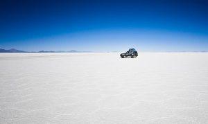 Ein Geländewagen auf dem Salzsee Salar Uyuni in Bolivien